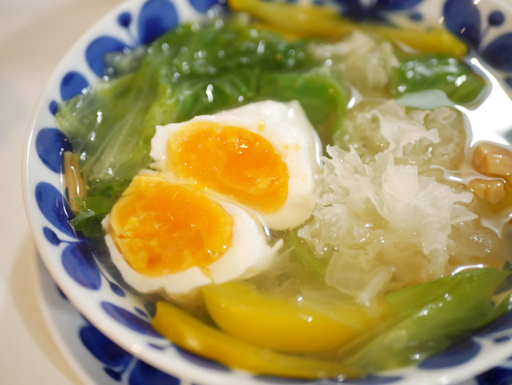 乾燥の冬には潤いを! 「レタスとしろきくらげ」のスープです。